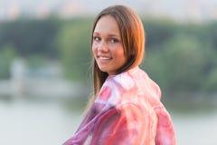 Señora joven que presenta afuera Imagenes de archivo
