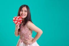 Señora joven que presenta en el fondo del vintage para la tarjeta del día de San Valentín Fotografía de archivo