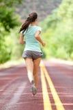 Señora joven que resuelve el funcionamiento lejos en el camino rural Fotos de archivo