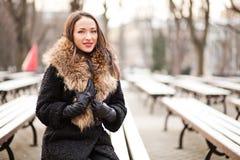 Señora joven que sonríe en el parque Fotografía de archivo libre de regalías