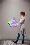 Señora joven que sostiene el cuaderno con multimedias dibujadas mano colorida Foto de archivo libre de regalías