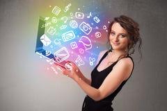 Señora joven que sostiene el cuaderno con multimedias dibujadas mano colorida Foto de archivo