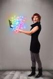 Señora joven que sostiene el cuaderno con multimedias dibujadas mano colorida Imagenes de archivo