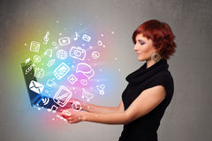 Señora joven que sostiene el cuaderno con multimedias dibujadas mano colorida Fotografía de archivo libre de regalías