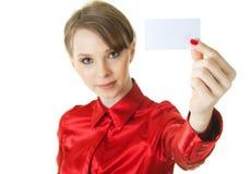 Señora joven que sostiene la tarjeta en blanco Imagenes de archivo