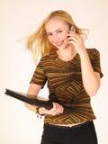 Señora joven que sostiene un teléfono celular Imágenes de archivo libres de regalías