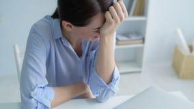 Señora joven que tiene ataque de nervios después de ser encendido almacen de metraje de vídeo