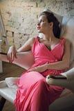 Señora joven romántica en vestido rosado Imagenes de archivo