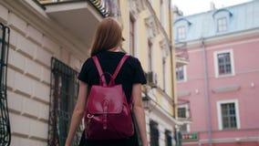 Señora joven Walking del pelirrojo en ciudad almacen de metraje de vídeo