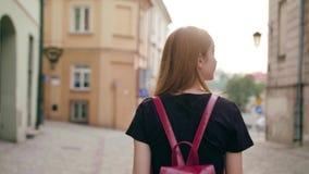 Señora joven Walking del pelirrojo en ciudad metrajes