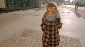 Señora joven Walking en el centro de ciudad y la navegación App con en Smartphone almacen de metraje de vídeo
