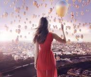 Señora joven y la ciudad de los globos Fotografía de archivo