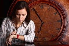 señora joven y reloj Foto de archivo