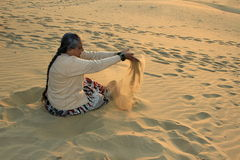 Señora juguetona en las dunas de arena fotografía de archivo libre de regalías