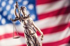 Señora Justice y bandera americana Símbolo de la ley y de la justicia con U Imagen de archivo libre de regalías