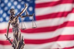 Señora Justice y bandera americana Símbolo de la ley y de la justicia con U Fotos de archivo libres de regalías