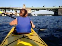 Señora Kayaking en Washington State Imágenes de archivo libres de regalías