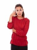 Señora latina encantadora con gesto de la llamada Imagen de archivo libre de regalías