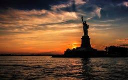 Señora Liberty en puesta del sol imagenes de archivo
