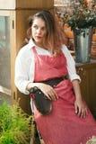 Señora linda joven que trabaja en el invernadero fotos de archivo libres de regalías