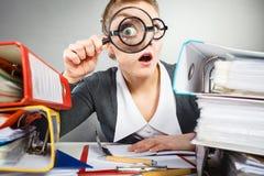 Señora loca de la oficina en el escritorio imagen de archivo