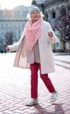 Señora madura alegre que camina en la calle con el disfrute imagen de archivo libre de regalías