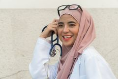 Señora malaya hermosa doctor fotografía de archivo libre de regalías