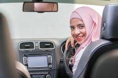 Señora malaya hermosa en el coche foto de archivo libre de regalías