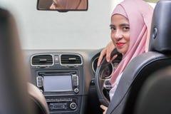 Señora malaya hermosa en el coche fotos de archivo libres de regalías