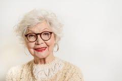 Señora mayor alegre en la risa de los vidrios Fotografía de archivo libre de regalías