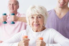 Señora mayor apta en el gimnasio fotos de archivo libres de regalías
