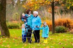 Señora mayor con el caminante que disfruta de visita de la familia imagenes de archivo