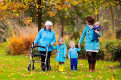 Señora mayor con el caminante que disfruta de visita de la familia foto de archivo