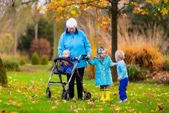 Señora mayor con el caminante que disfruta de visita de la familia fotografía de archivo libre de regalías