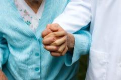 Señora mayor con el doctor Imagenes de archivo