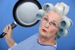 Señora mayor con el sartén Fotografía de archivo libre de regalías