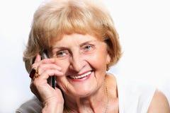 Señora mayor con el teléfono celular Fotografía de archivo