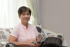 Señora mayor con la libreta Imagen de archivo libre de regalías