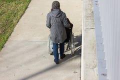 señora mayor con la silla de ruedas Imagenes de archivo