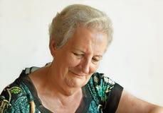 Señora mayor con los ojos abatidos Fotos de archivo libres de regalías