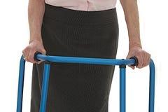 Señora mayor con un caminante foto de archivo