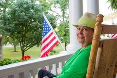 Señora mayor de moda con la bandera americana Foto de archivo libre de regalías