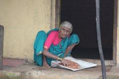 Señora mayor del pueblo indio del maharashtra imagen de archivo