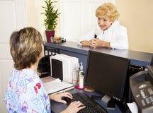 Señora mayor en el doctor Imagenes de archivo