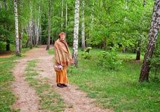 Señora mayor en el parque de Sofiyivsky. Ciudad de Uman, Ucrania Imagen de archivo
