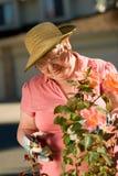 Señora mayor en jardín Fotografía de archivo