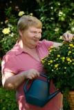 Señora mayor en jardín Foto de archivo