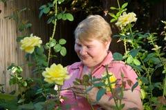Señora mayor en jardín Imagenes de archivo