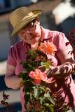 Señora mayor en jardín Fotos de archivo