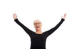 Señora mayor feliz con las manos aumentadas. Fotografía de archivo libre de regalías